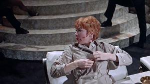 Shirley MacLaine elokuvassa Sweet Charity. Ruutukaappaus.