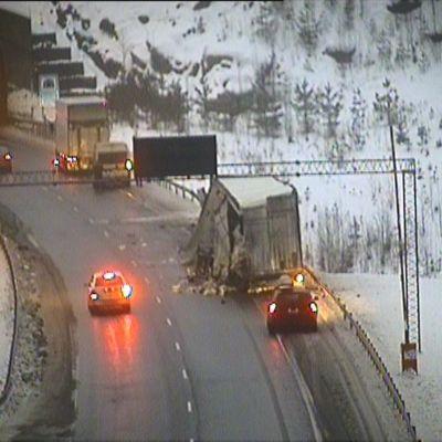 Bild på lastbilsolycka som skedde på motorvägen mellan Helsingfors och Åbo i närheten av Lojo den 18.1.2017.