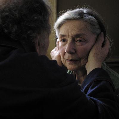 Emmanuelle Riva sekä Jean-Louis Trintignant (selin) Michael Haneken elokuvassa Rakkaus