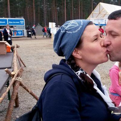 Suudelma Roihu-leirillä.