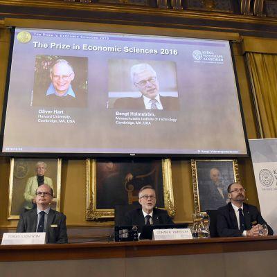 Taloustieteen Nobelin julkistamistilaisuus Tukholmassa maanantaina.