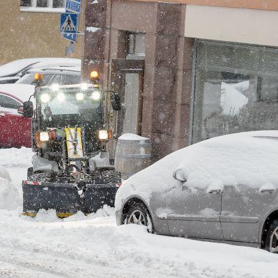 Aura-auto lumisateessa.
