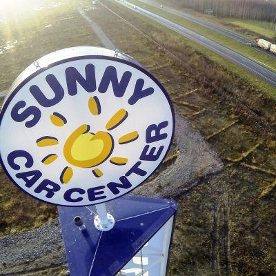 Sunny Car Centerin mainostorni tyhjällä tontilla ilmasta kuvattuna Hämeenlinnassa 29. lokakuuta 2014.