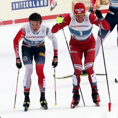 Johannes Høsflot Klæbo och Aleksandr Bolsjunov åker ihop.