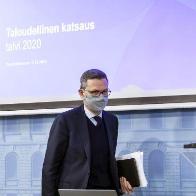 Joko Suomen talouden syöksy ja velkaantumisen nousu taittuvat - valtiovarainministeriön tiedotustilaisuus klo 11.30 alkaen