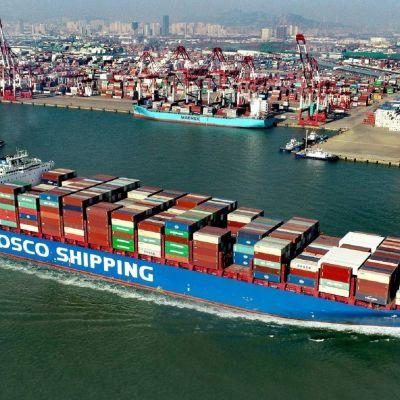 Suuri konttialus Qingdaon satamassa Kiinassa.