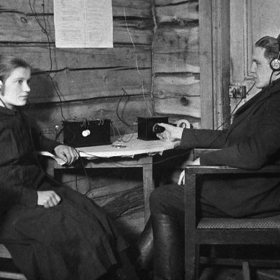 Myymäläapulainen Hanna Kauhanen (myöhemmin Hanna Leväsalmi)  ja kauppias Oskari Kauhanen kuuntelevat hänen vuonna 1926 ostamaa radiota  Kiuruvedellä, Rajakkojoen kylässä.