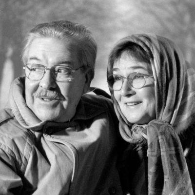 Näyttelijät Pentti Siimes ja Elina Pohjanpää Pensasaidan takana -kuunnelman rooleissaan