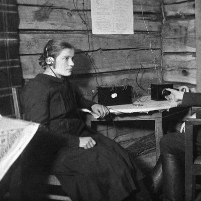 Hanna ja Oskari Kauhanen kuuntelevat radiota Kiuruvedellä 1920-luvulla.