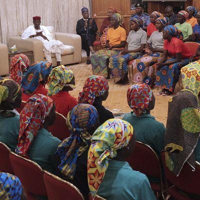 Vapautetut koulutytöt vierailivat presidentti Muhammadu Buharin luona toukokuun 7. päivänä Abujassa.