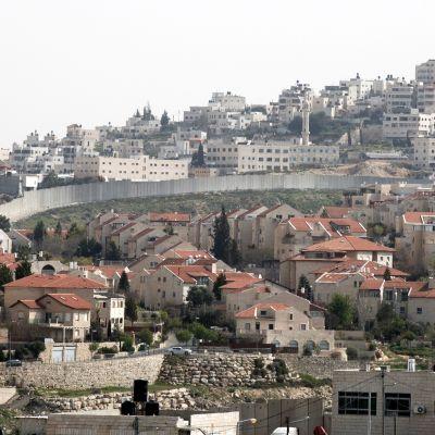 Pisgat Ze'evin siirtokunta Anatan kylässä Länsirannalla.