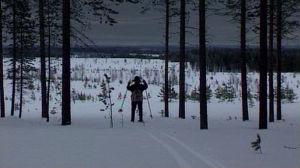 Kalle Päätalo (Mika Kinnunen)  hiihtää hämärässä metsässä.
