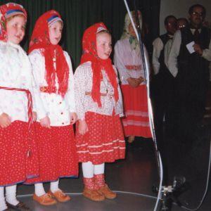 Anna, sisko Katariina Lumisalmi ja paras ystävä Terhi Harju lauloivat koltansaamenkielisiä lauluja Nellimin kansantanssi- ja perinneryhmän riveissä. Näiltä vuosilta mukaan tarttui paljon passiivista koltansaamen taitoa.