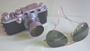 gammal kamera och gamla solglasögon