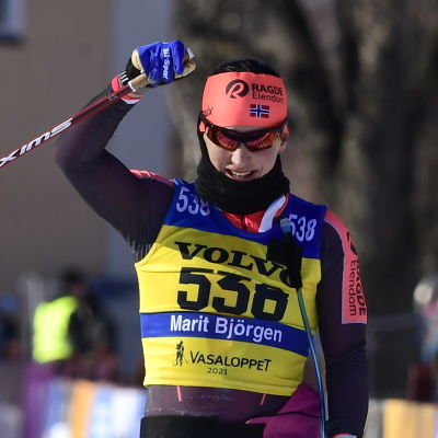 Marit Bjørgen jublar på målrakan.