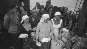 Ingermanlänningar som evakuerades till Finland under kriget ombord på fartyget Suomi.