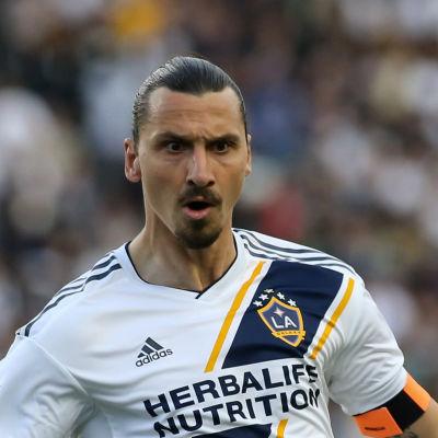 Zlatan försöker få kontroll på en boll i luften.