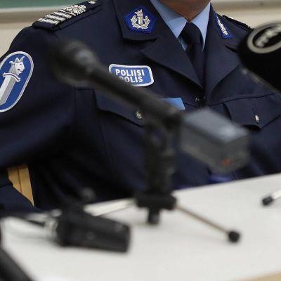 Poliser under presskonferens.