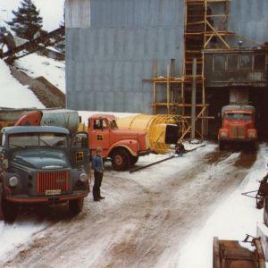 Bilar som står parkerade vid ett cementgjuteri. Bilden är från 1983.