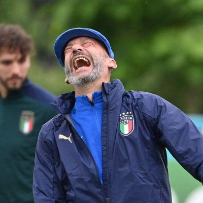 Gianluca Vialli skrattar med spelare på träning.