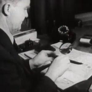 Työntekijä pöytänsä ääressä Rikostutkimuskeskuksessa (1947)
