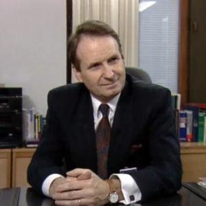 Ylen uusi pääjohtaja Reino Paasilinna työpöydän ääressä tammikuussa 1990