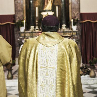 Paavi Franciscus lupasi puuttua pedofiliaepäilyihin kovalla kädellä. Uusia tapauksia tulee yhä ilmi.