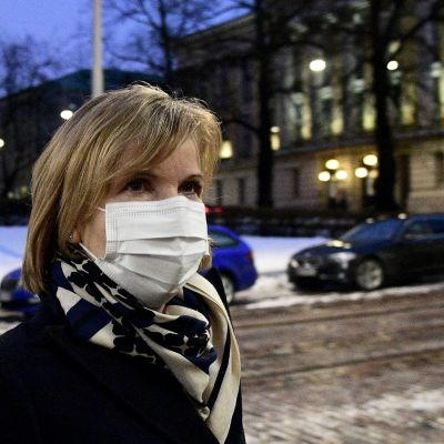 Oikeusministeri Anna-Maja Henriksson saapuu hallituksen neuvotteluihin Säätytalolle.