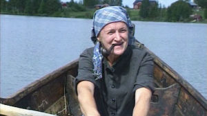 Riitu Päätalo (Pirjo Leppänen) soutaa järvellä.