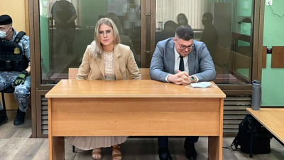 Oppositionsaktivisten och juristen Ljubov Sobol samt hennes jurist Vladimir Voronin i en domstol i Moskva 3.8.2021