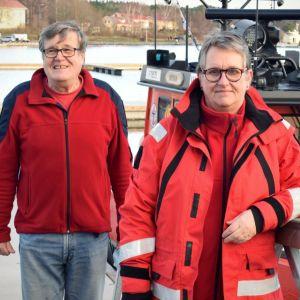 Calle Storm och framför frivilliga sjöräddningens båt.