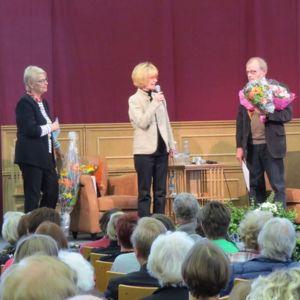 Neljä kirjailijaa lavalla palkintojen jakotuilaisuudessa. Kirjailija Kaari Utrio toinen vasemmalla.
