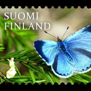 Ett frimärke med en blå fjäril på en gren.