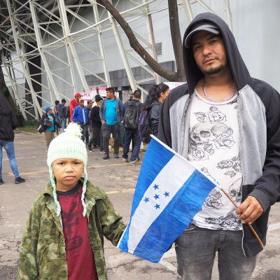 Elier Mauricio vierellään 6-vuotias poikansa Ezekiel.