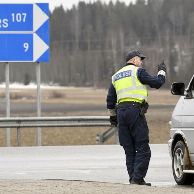 Poliisit tarkastavat kulkulupia tarkastuspisteellä Uudenmaan rajalla valtatie 6:lla