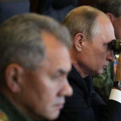 Putin kiikaroi.