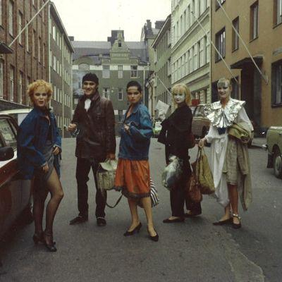 Tomi Salmela ystävineen 80-luvun alussa Helsingissä, matkalla Uusi laulu -lehden tapahtumaan.