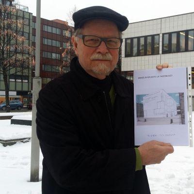 Risto Junnilainen ja ehdotus taidemuseoksi kirjaston edustalle.
