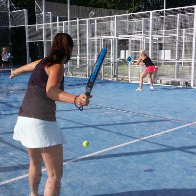 Padelia pelataan Kaarinan tenniskeskuksessa.
