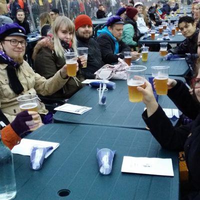 Opiskelijoita juhlimassa Turun kauppatorilla.