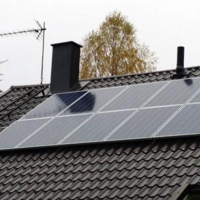 Aurinkopaneelit Riku Moilasen talon katolla Jyväskylässä.