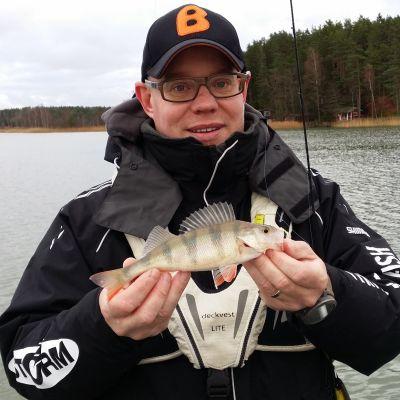 Jani Ollikainen esittelee Merimaskussa pyydettyä ahventa.