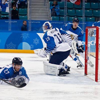 Petri Kontiola (jäässä) ja Leijonat kokivat karun pettymyksen Kanadaa vastaan.