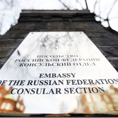 Venäjän suurlähetystön kyltti Lontoossa.