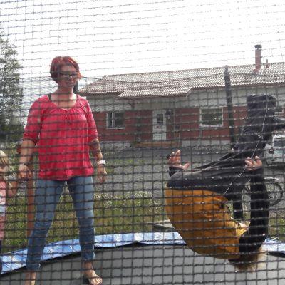 Jämijärveläinen Krista Koskinen trampoliinilla lastensa kanssa.