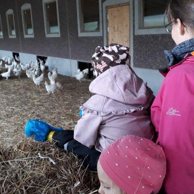 Äiti ja lapset ulkokanalassa.
