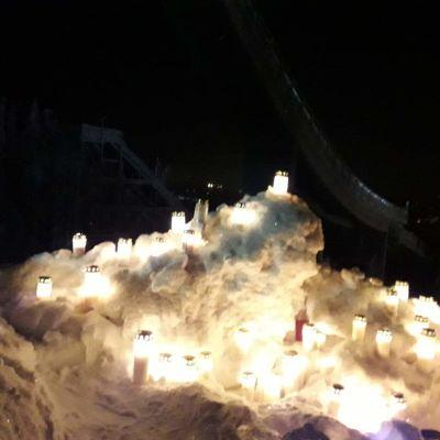Kynttilöitä Matti Nykäsen mäen juurella