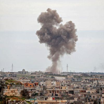 Savupilvi Idlibin alueen pohjoisosassa 5. maaliskuuta.