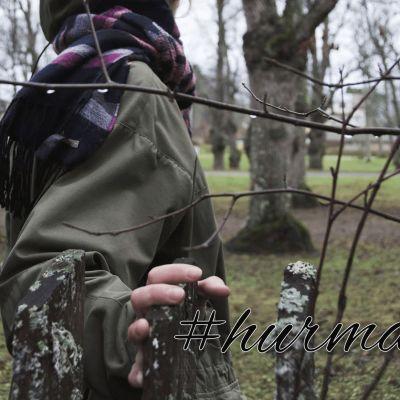 kvinna går i naturen