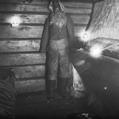 Kekriukko tuvan uunin kupeessa, Konginkankaalta siirretty Niemelän torppa Seurasaaren ulkomuseossa